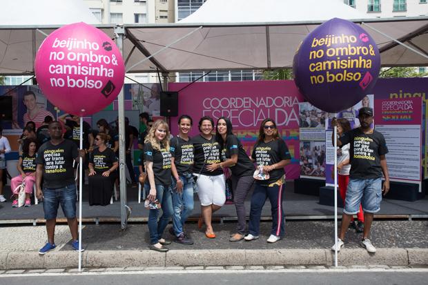 Barbara Aires (esq), alunas e a supervisora do Projeto Damas, Beatriz Cordeiro (meio), divulgaram acoes da CEDS