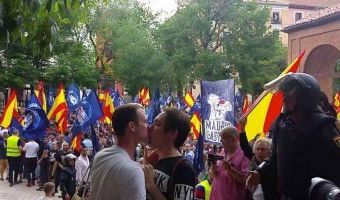 casal-beijo-nazistas-pheeno-capa