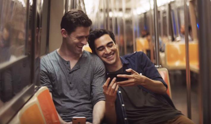 casal-gay-iphone-pheeno-capa